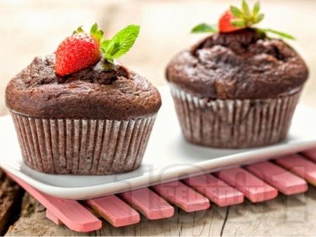 Пухкави кексчета / мъфини / къпкейкове с ягоди и шоколад - снимка на рецептата